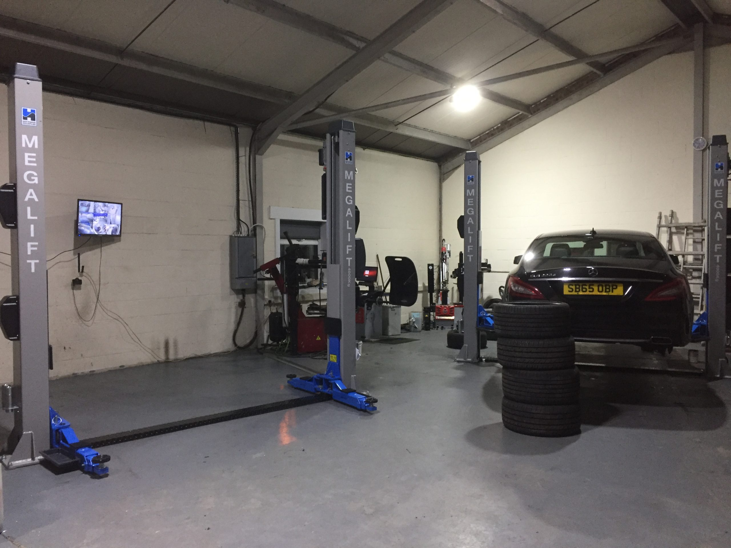 Our install team performed a fitting of two new megalift 4000-3 vehicle lifts at Carrick Alloys in Prestwick, to compliment the new Atlas levelless tyre changer and balancer package they recently purchased.