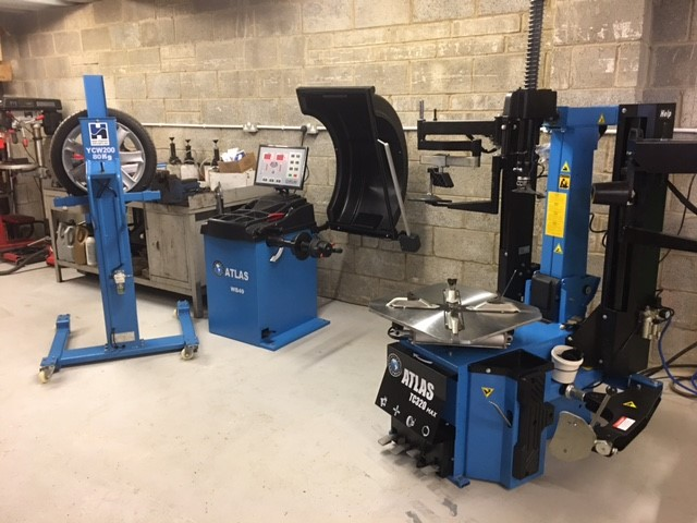 A slick installation of a Hofmann Megaplan tyre changer & portable wheel lifter, with an Atlas Equipment wheel balancer to complete the full tyre fitting experience - what a cracking job at the Cotswold Vehicle Solutions Centre.