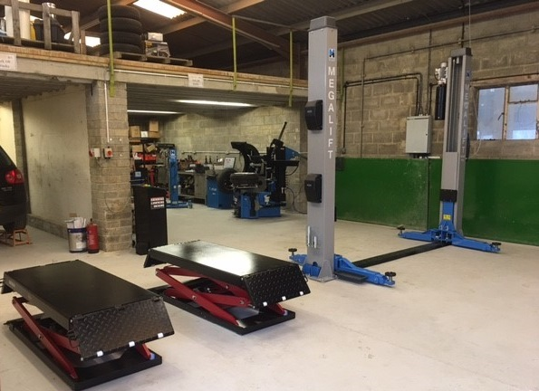 Our team have completed the ultimate vehicle lifting set-up, with the installation of the Redback RB3000 Scissor Lift and Hofmann Megaplan megalift 4000-3 2 post lift.