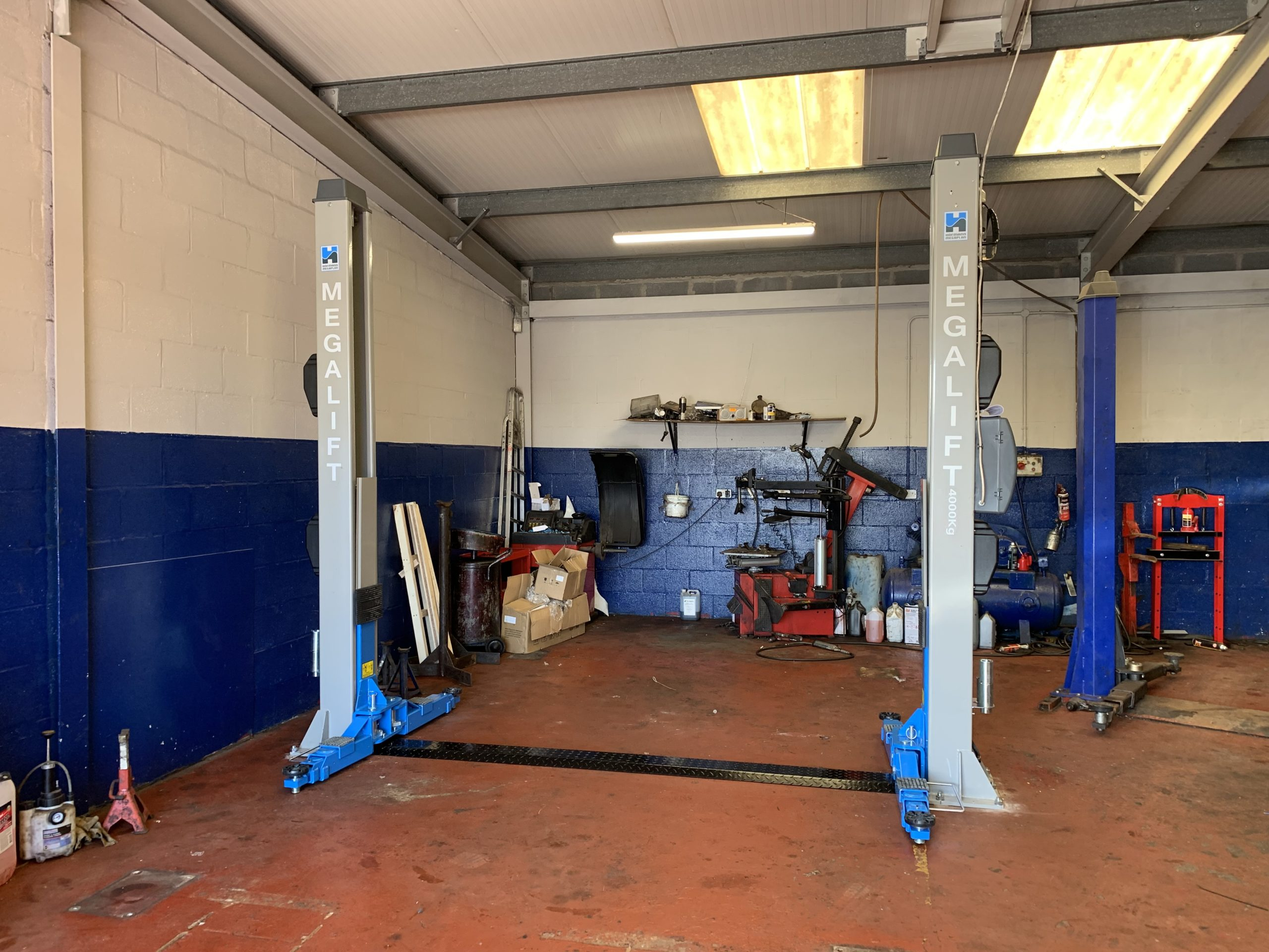 Replacing a four post lift, our installation team visited Steve Clenaghan Autos in Dundee to install a brand new Hofmann megalift 4000-3 Two Post Lift.